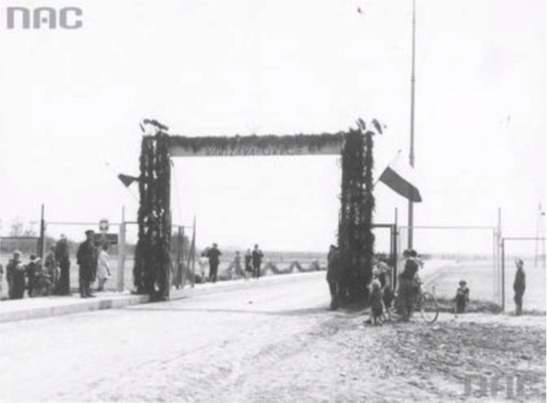 Brama wjazdowa na Lotnisko Okęcie. 29 kwiecień 1934 rok. Zdjęcie NAC