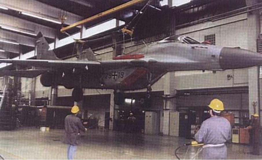 Niemiecki MiG-29 G nb 29-19 podczas przeglądu. 2000 rok. Zdjęcie LAC