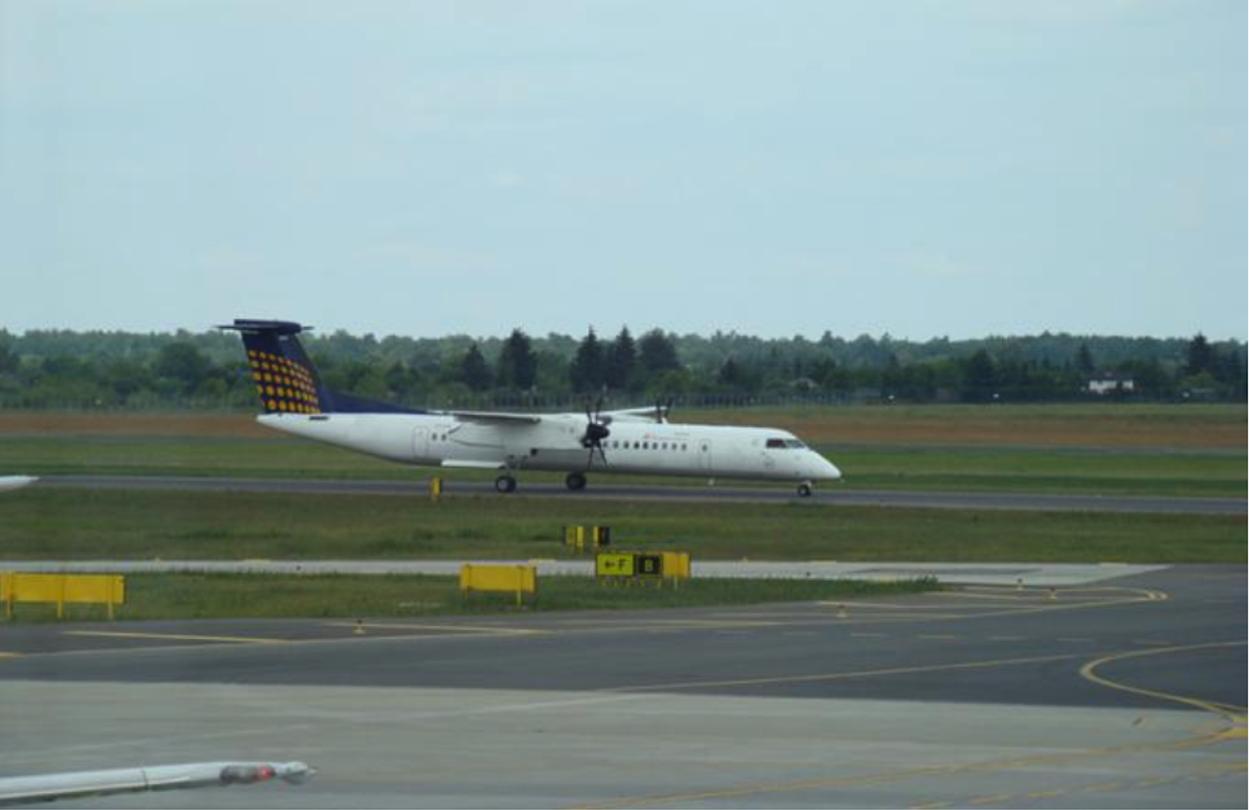 Samolot Bombardier DHC 8 kołuje po głównej drodze kołowania. Lotnisko Ławica. 2012 rok. Zdjęcie Karol Placha Hetman