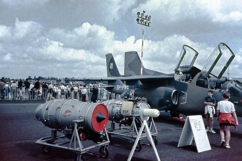 PZL I-22 Iryda SP-PWE w kamuflażu. Na stojakach możliwe zespoły napędowe. Ławica 1991 rok. Zdjęcie LAC