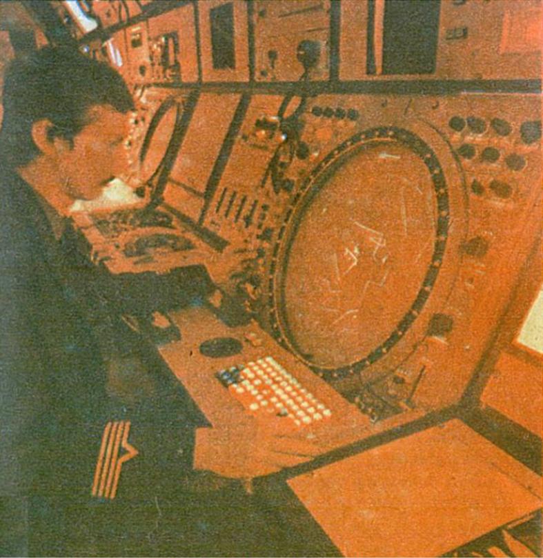 Sala operacyjna Centrum. Stanowisko wskaźnika (ekranu) stacji radiolokacyjnej. 1983 rok. Zdjęcie LAC