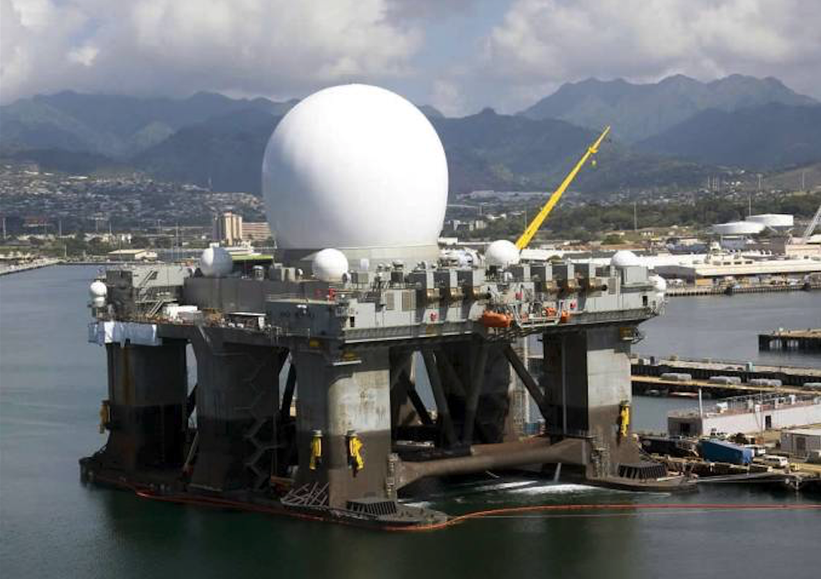 Jedna ze stacji radiolokacyjnych Sea-Based X-Band Radar – SBX. 2006 rok. Zdjęcie LAC