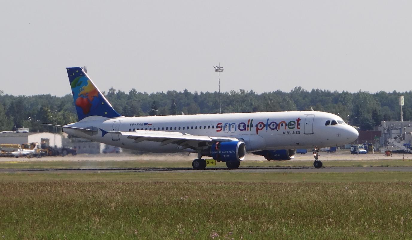 Airbus A.320 SP-HAE linii Small Planet. Lotnisko Ławica 2015 rok. Zdjęcie Karol Placha Hetman