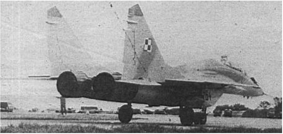 MiG-29 UB nr 14664 nb 64. podczas kołowania. Widoczny otwarty peryskop. 1989 rok. Zdjęcie LAC