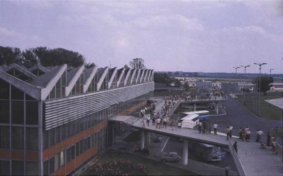 MDL Okęcie. Budynek dworca i słynny taras. 1987 rok. Zdjęcie LAC