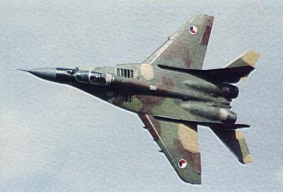 Efektowne zdjęcie czechosłowackiego MiG-29 w locie. 1991 rok. Zdjęcie LAC