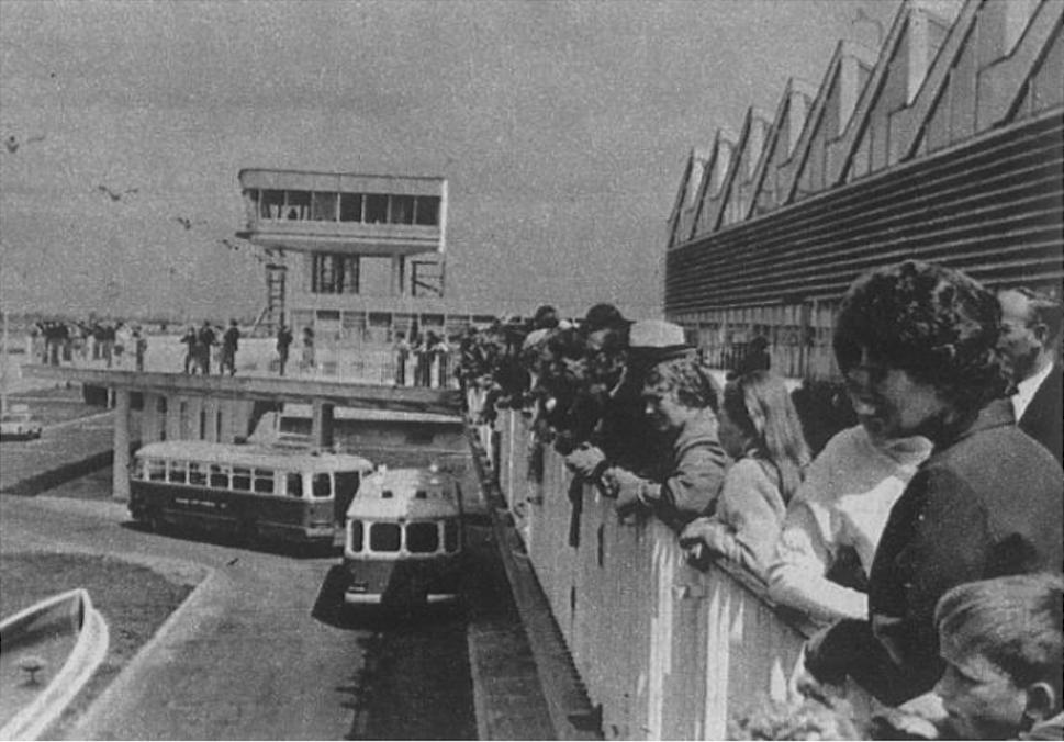 MDL Okęcie. Budynek dworca, wieża i słynny taras. Polskie autobusy marki San, którymi dowożono pasażerów do samolotów. 1970 rok. Zdjęcie LAC