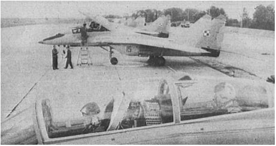 Na zdjęciu widoczne wszystkie pierwsze 7 egzemplarzy myśliwców MiG-29. 1989 rok. Zdjęcie LAC
