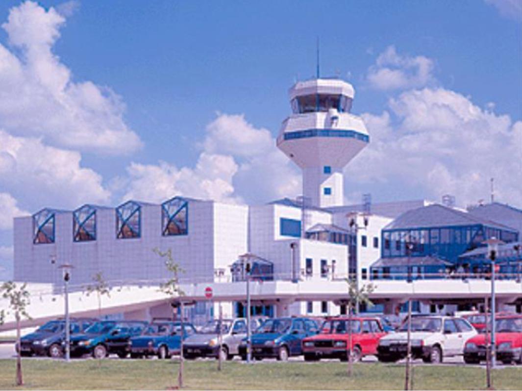 Centrum Kierowania Ruchem Lotniczym. Widok od strony głównego wyjścia. TWR jeszcze bez anteny na szczycie. 1998 rok. Zdjęcie LAC