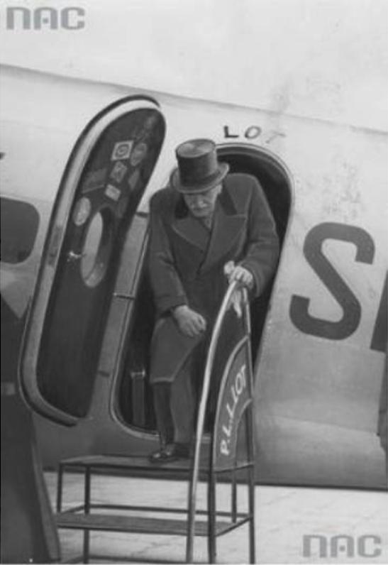 Prezydent Ignacy Mościcki zwiedzający samolot, z okazji  10 rocznicy istnienia PLL LOT. Okęcie lato 1939 rok.  Zdjęcie NAC