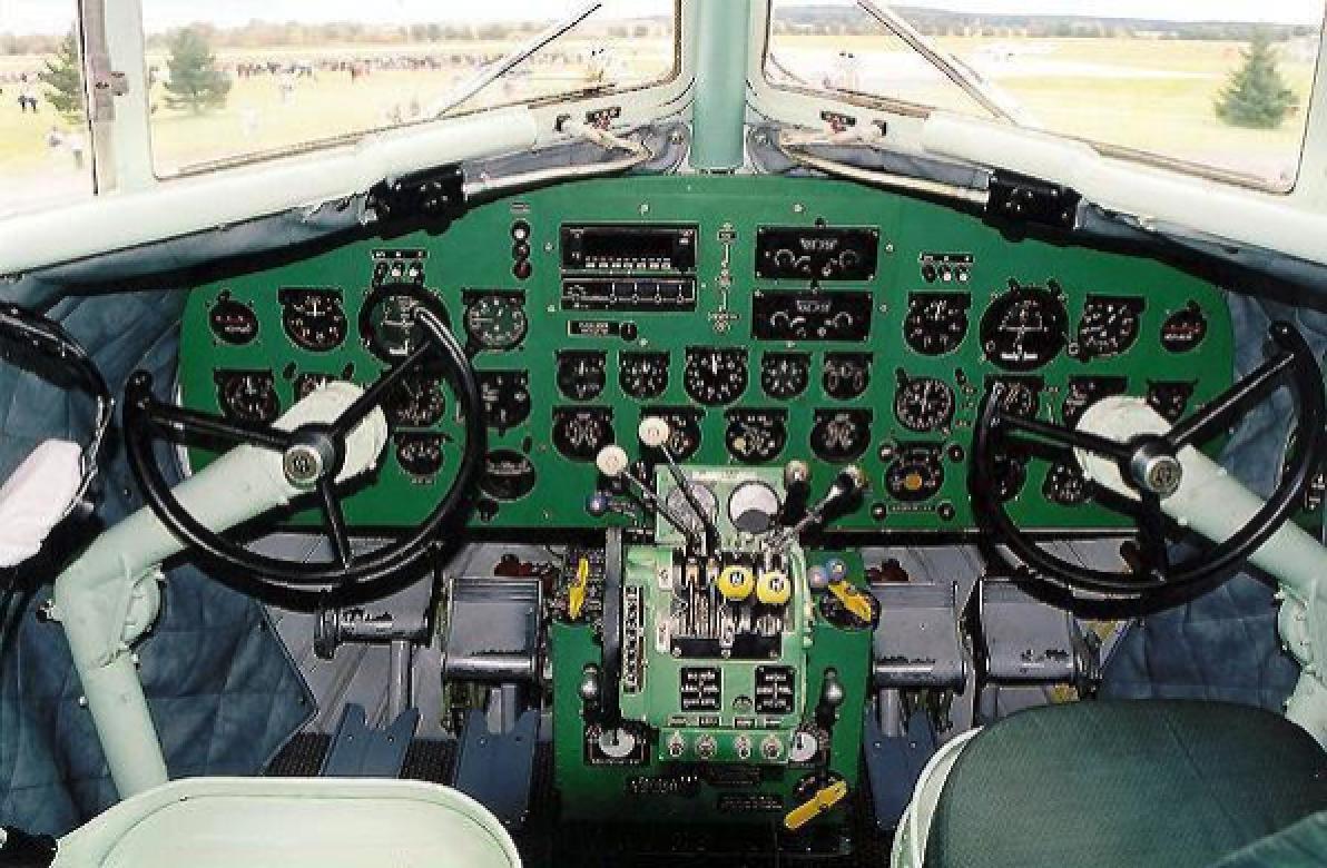 Lisunow Li-2 kabina załogi. Zdjęcie LAC