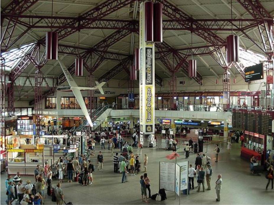 Wnętrze Terminalu Międzynarodowego Lotniska Warszawa Okęcie. 1997 rok. Zdjęcie LAC