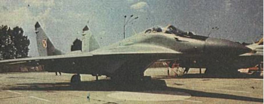 MiG-29 nr 35070 nb 70 na stojance. 1989 rok. Zdjęcie LAC