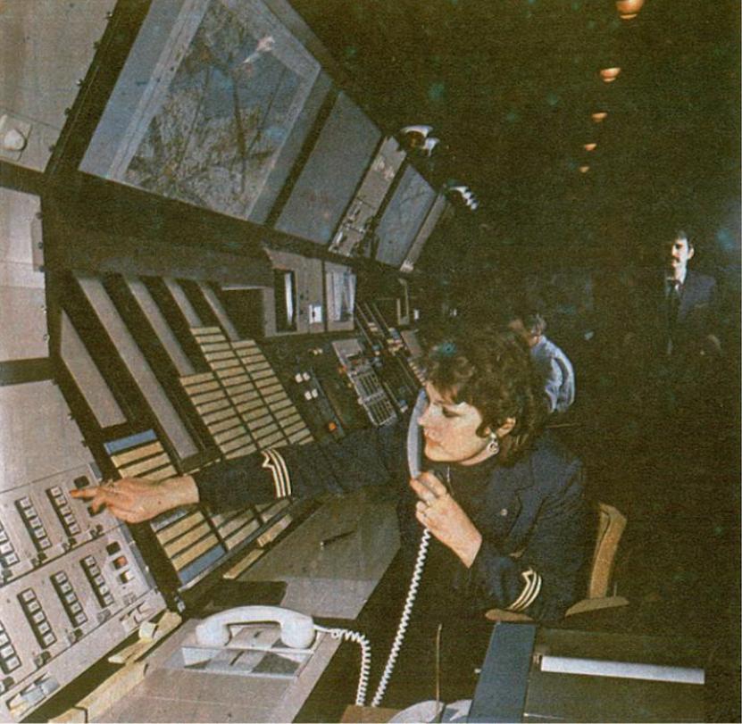 Sala operacyjna Centrum. Stanowisko operacyjne Asystenta Kontrolera Obszaru sektora wschodniego. 1983 rok. Zdjęcie LAC