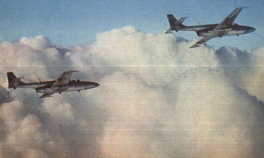 TS-11 bis A nr 1H 03-03 i TS-11 bis B nr 1H 06-14 w locie. 1980 rok. Zdjęcie WAF.