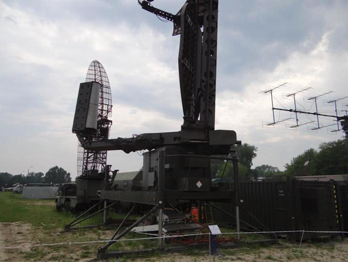 NUR-11 w Muzeum Sił Powietrznych Dęblin. Podstawa i zestaw antenowy. Po prawej stronie kontener nadawczy. 2012 rok. Zdjęcie Karol Placha Hetman