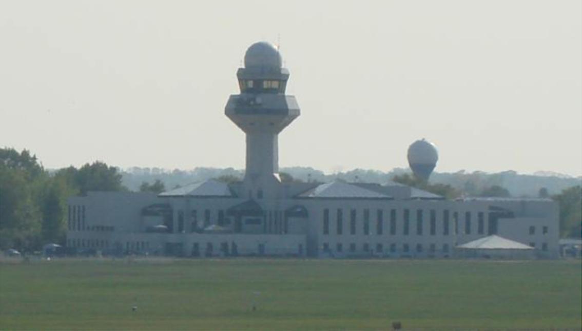 Centrum Zarządzania Ruchem Lotniczym i jednocześnie centrum Agencji Żeglugi Powietrznej. 2009 rok. Zdjęcie Karol Placha Hetman. Na szczycie pod kopułą radar ASDE. Po prawej stronie z tyłu, na niebieskiej wieży radar wtórny TAR/MSSR (Terminal Area Monopulse Secondary Surveillance Radar).