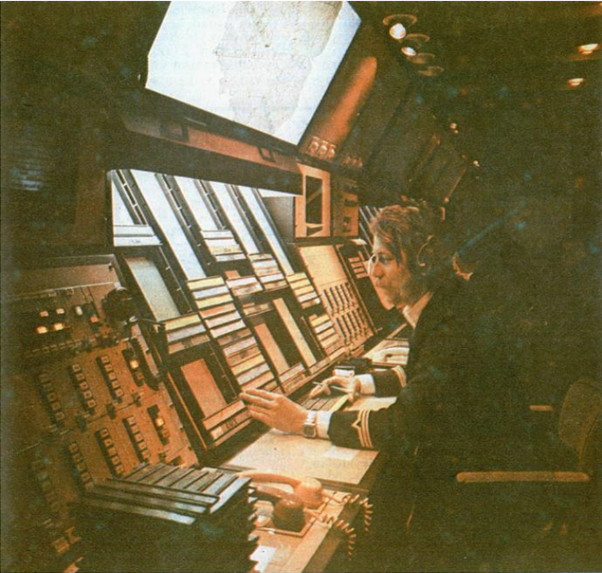 Sala operacyjna Centrum. Stanowisko operacyjne Kontrolera Obszaru sektora wschodniego. 1983 rok. Zdjęcie LAC