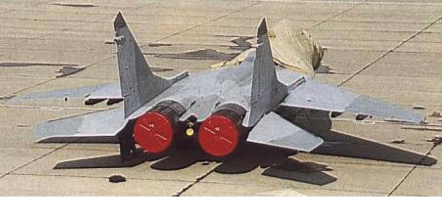 Polski MiG-29 (9.12) z drugiej partii dostarczonej 2.10.1990 roku.Jeszcze bez znaków rozpoznawczych i numerów burtowych. Zdjęcie LAC