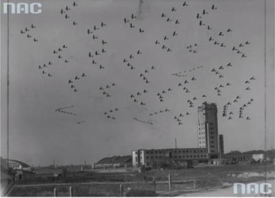 50-metrowa wieża z latarnią i w powietrzu Eskadry Polskich samolotów bojowych. Fotomontaż. Okęcie 1934 rok. Zdjęcie NAC