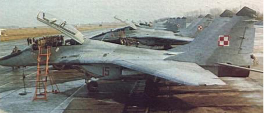 Na pierwszym planie MiG-29 UB nr 14615. Mińsk Mazowiecki 1991 rok. Zdjęcie LAC