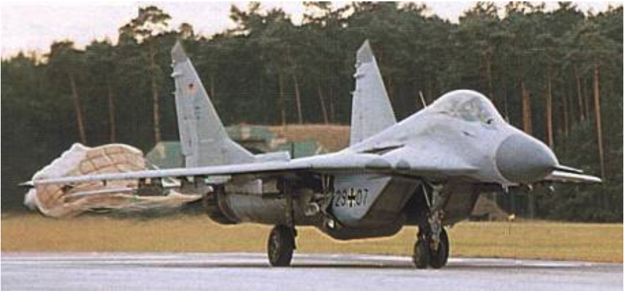 MiG-29 G nb 29-07 ląduje w Bydgoszczy. 2003 rok. Zdjęcie LAC