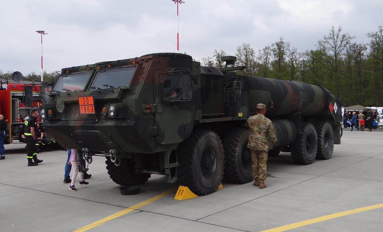 Auto cysterna na podwoziu Heavy Expanded Mobility Tactical Truck (HEMTT). Powidz 2019 rok. Zdjęcie Karol Placha Hetman