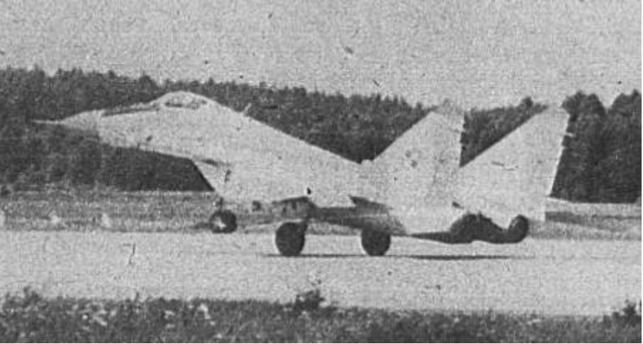 Pierwsze loty jednomiejscowego MiG-29 (9.12) nr 35111 nb 111. Mińsk Mazowiecki 1989 rok. Zdjęcie LAC