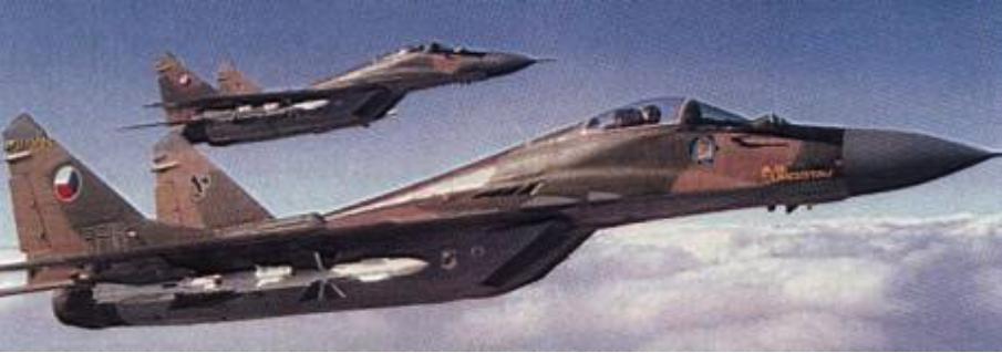 Czechosłowackie MiG-29 (9.12) w locie z k.p.r. kolejno R-60 M, R-73, R-27 R. 1991 rok. Zdjęcie LAC