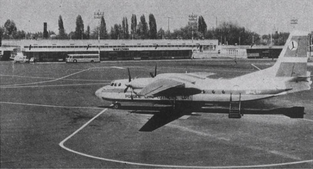 An-24 SP-LTP nr 67302802 imię własne Poprad na płycie postojowej przed Krajowym Dworcem Lotniczym przy ulicy 17 Stycznia. 1975 rok. Zdjęcie LAC