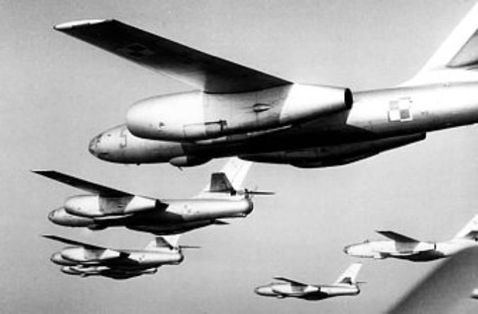 Samoloty Ił-28 – lot w szyku defiladowym