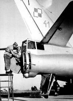 Załadunek amunicji do tylnego stanowiska strzeleckiego